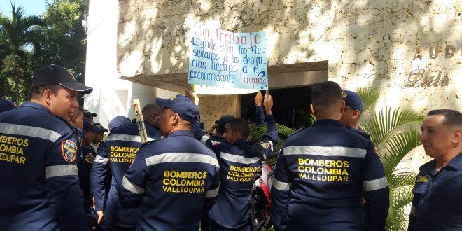 Bomberos de Valledupar protestan por falta la de suelto